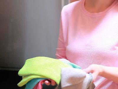 Valymo priemonių krepšelis namuose